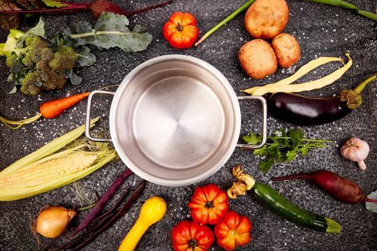 дълбока тенджера със зеленчуци