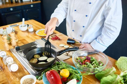 готвач в кухня и оборудване