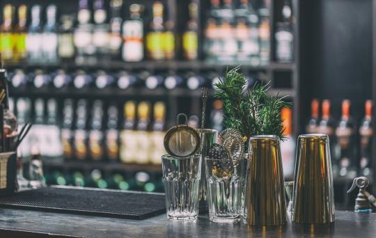 класически бар с барово оборудване и бар мат