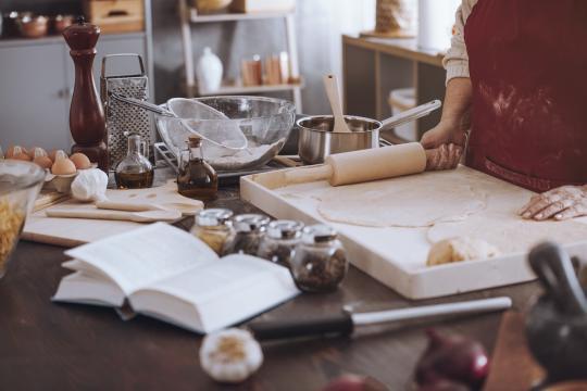 кухненско оборудване на плота разхвърляно