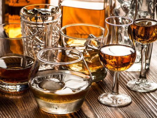различни чаши на бар