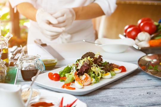 салатена чиния в бял комплект